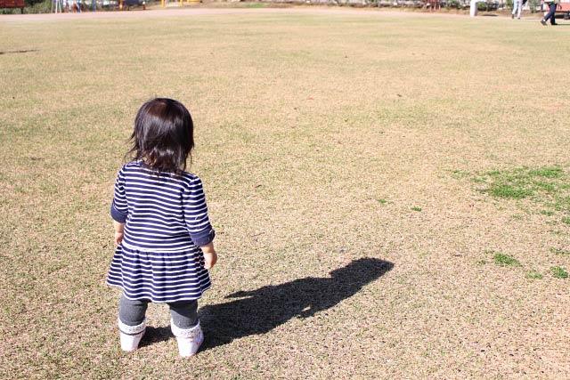 枯れ芝、女の子