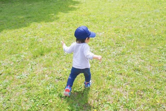 芝生を走る子ども